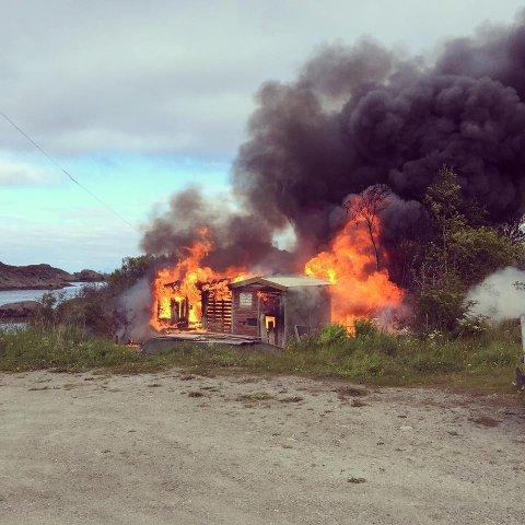 Høy temperatur i Stamsund fredags kveld. Brannvesenet fikk heldigvis fort kontroll. Foto: Monica E. Larsen