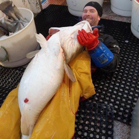 "FORNØYD: Skipper Arnt Johansen på linebåten ""Sandholmen"" tar seg en kosestund med  kaffetorsken på 32 kilo de fikk på lina på Yttersia. Fisken ble levert hos Nic. Haug AS på Ballstad."