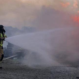 HINDRET: Ved å spyle vann på brannmannskapene hindret mannen de i å utføre jobben de var satt til.