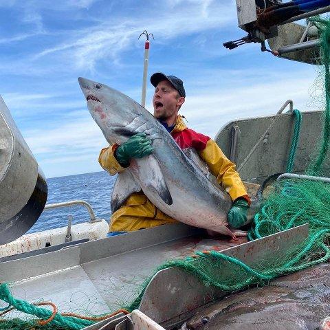 HAI: Alexander Olsen er tydelig fornøyd med han nå også kan kalles seg for haifisker.