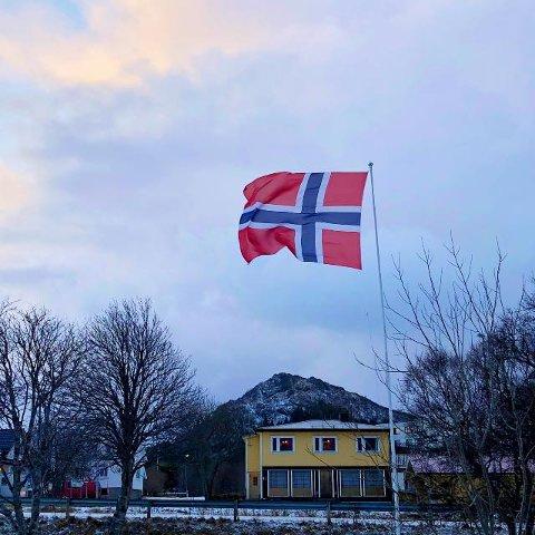 BORTE: Flagget ved Vestvågøy sykehjem er sporløst borte, og nå ber GOF at den som har det leverer det tilbake. Foto: Benjamin Einarsen