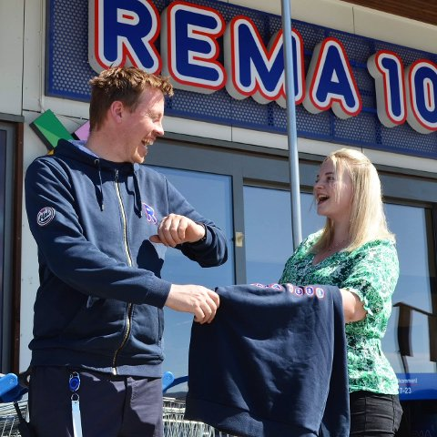 NY SJEF: Marina Thomassen (25) leverer fra seg REMA-uniformen, og skal ikle seg Kiwis grønne farger, når hun blir ny butikksjef på Kiwi Leknes.
