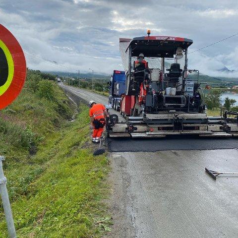 ASFALT: I over 20 år har grendelaget kjempet for asfalt på Pollveien på Vestvågøy. Nå er arbeidet i gang. Foto: Nordland fylkeskommune