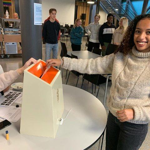 Skolevalgt: Her avgir en elev ved Aust-Lofoten videregående skole sin stemme i årets skolevalg.
