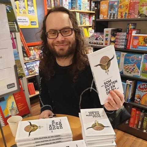Bjarne Benjaminsen med den nye boken «...som duften av en drøm...»