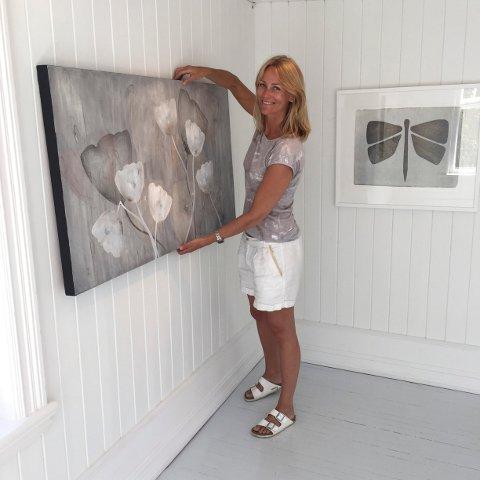 Sarte sommermotiver: Cathrine Knudsens oljemalerier monteres på Galleri Soon. Utstillingen varer ut juli måned.