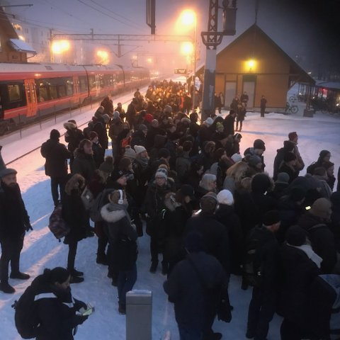 KAOTISK: ØB-reporter Ole Kristian Trana ble stående å hutre på Ås stasjon sammen med flere hundre andre togreisende. - Her er det ikke noen buss, sier Trana.