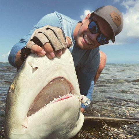 FIKK HAI: Vebjørn Kielland fikk en av sine beste fiskeopplevelser da han fisket en sitronhai med fluestanga i korallrevet i Belize.