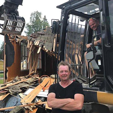 VALGKAMPSTUNT: Våler-ordfører Reidar Kaabbel ble fotografert ved spakene på gravesmaskinen da Svinndals skoles gymsal ble revet i juli i fjor, men understreker at han ikke gjorde noe mer i gravemaskinen enn å bli fotografert.