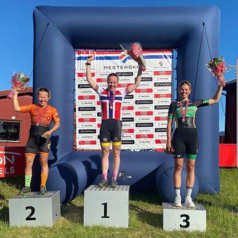 Sigrid Andrea Fløgstad (høyre) fra Moss tok tredjeplassen i årets NM i terrengsykkel kortbane. Ingrid Bøe Jacobsen fra Halden Cykleklubb (midten) tok førsteplassen, mens Helene Marie Fossesholm (venstre) fra Fiskum IL Sykkel tok andreplassen.