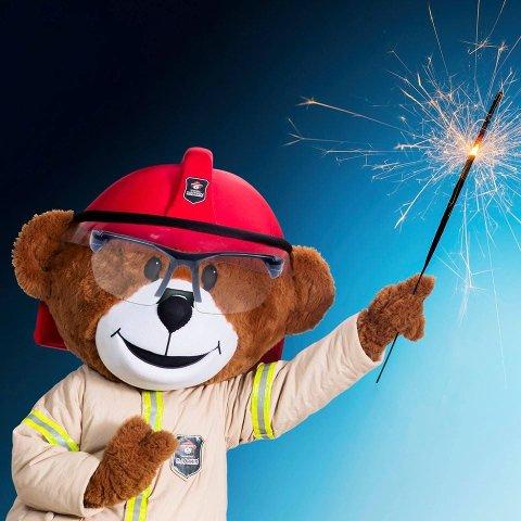 KLAR OPPFORDRING: Brannbamsen Bjørnis ber foreldre passe på når barna skal feire inngangen til det nye året.