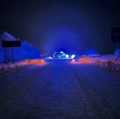STENGT: Slik har politiet stengt grensen inn til Sverige. Norske hytteeiere må vente til tidligst 14. februar før de får sett om hyttene sine.
