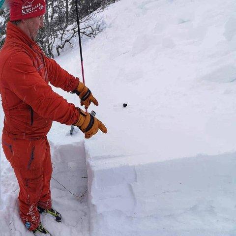 SKREDEKSPERT: Skredinstruktør Tommy Aslaksen sier at vedvarende svake lag i snøen kan føre til snøskred.