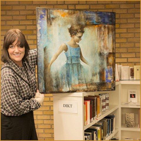 Marianne Sandstø med forsidebildet til årets kunstkatalog