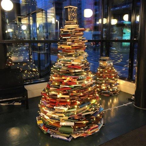 Bilde av fjorårets bokjuletrær. Snart tennes det lys på årets utgave.