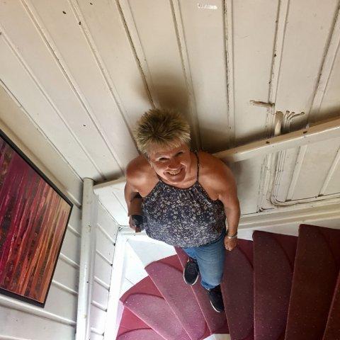 Anne Bekk Weltzien ønsker velkommen opp trappen til RAMM-art galleri.