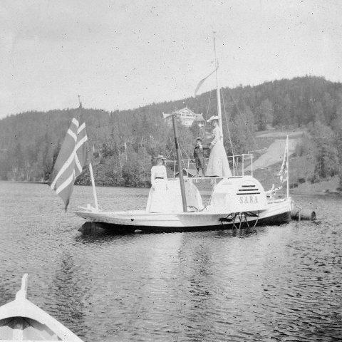"""""""Sara"""" på Nøklevann. Sarabråten i bakgrunnen. Foto fra 1903."""