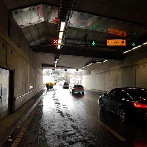 På bildet som politibetjent Inge selv har tatt ser man sykkelen i enden av tunnelen. Gjennom hele anleggsperioden har folk kjørt på rødt lys her.