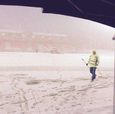 LAVER NED: Kun 45 minutter før kampstart lavet snøen ned i Tromsø.