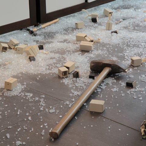 VERKTØYET: Politiet ber om hjelp fra publikum til å lokalisere hvor verktøyet som ble brukt i brekket kan stamme fra. Slegga og spettet i bakgrunnen kan stamme fra et hittil uoppdaget eller ikke anmeldt et innbrudd i en garasje eller uthus i Tromsø-område eller Balsfjord. Foto: Politiet