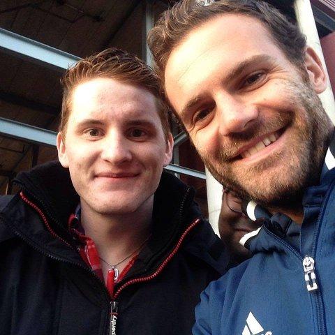 STJERNEMØTE: Hans Georg Hansen med Manchester Uniteds midtbanespiller Juan Mata.