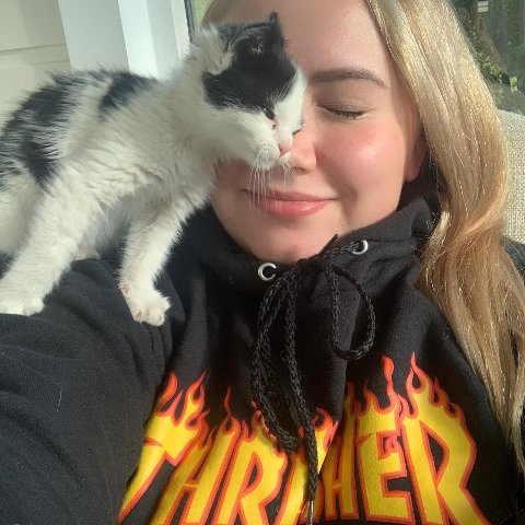 REDDET: Den lille kattungen som hadde gjemt seg under panseret på bilen til Sara Marie Simonsen har allerede blitt svært glad i sin reservemamma.