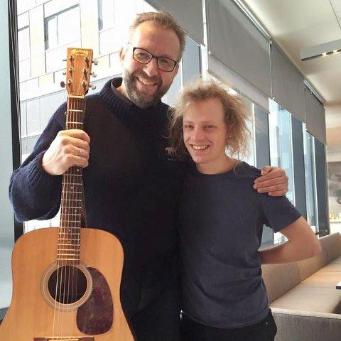 FANT TONEN: Stein-Gunnar Bondevik spilte låten sin for Pål Moddi Knutsen på Thon Hotel Kirkenes i 2015. Nå gir Moddi den ut som singel,