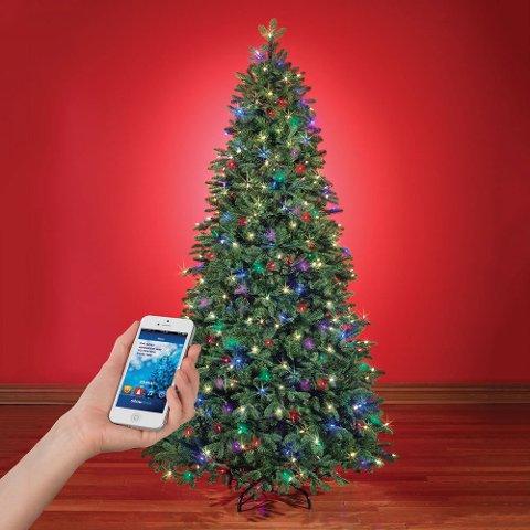 (Bilde 6) Juletre-app: Selveste juletreet skaper en potensiell sikkerhetsrisiko dersom den er koblet til nett. Foto: Produsenten  FOTO:  /