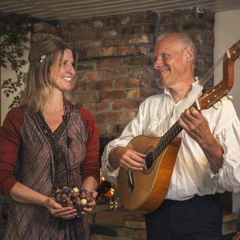 I ANLEDNING FAR: Sjokolademisjonær Anne Kristin Bakke og Trubadur Harald Hougaard gir deg nytelse i flere former på fardagen søsndag på Kaffka.