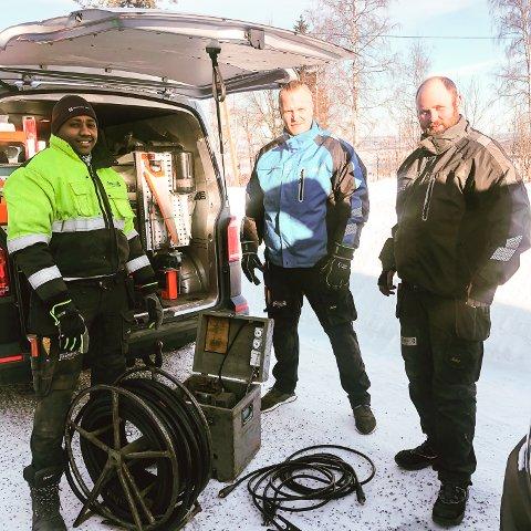 TINEOPPDRAG: Rørleggerne Tomas Pedersen (f.h.), Thomas Hagen og lærling Henok Mekonen ute på oppdrag for rørlegger Knut Malmberg AS.