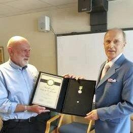 Rektor Stein Kjelland Olsen overrakte medaljen til sin kollega Jan Gunnar Roaas. Nå har begge gått av med pensjon.
