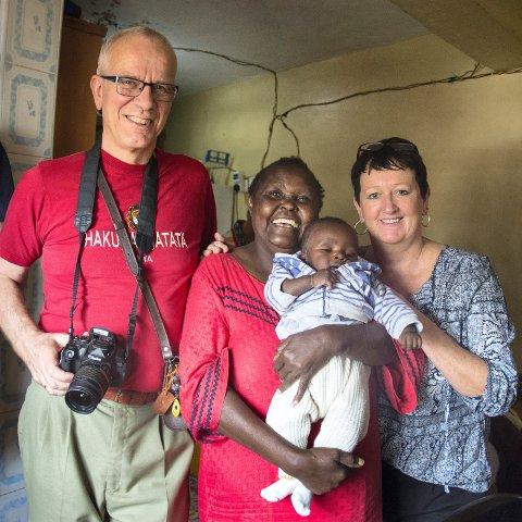 Mor godhjerta: Kirsten og Helge Underland er ofte innom barnehjemmet i Mathareslummen, som drives av Mercy M. Mburu. Det får en pott penger fra «Hjelp til selvhjelp», og her sitter en av de yngste barna på armen.