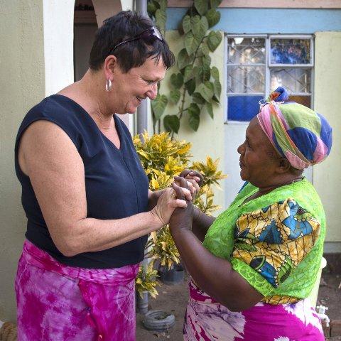 Gjensynsglede: Peninah Mwaria har oppsynet på Flamingo farm. Hun selger vann og garn og tar seg av safarigjestene. Gleden er stor når Kirsten Underland kommer tilbake.