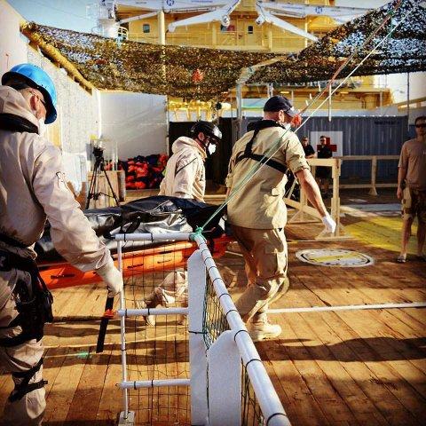 Her bæres døde flyktninger ombord i skipet