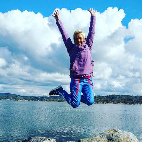 – Gir glede i hverdagen: Marianne Arvesen måtte gjøre om på livet da hun fikk diagnosen Bekhterev. Hun ble uføretrygdet, bestemte seg for å flytte til Omlidstranda, og gikk nylig til anskaffelse av valpen hun har kalt Lykke. Nå går hun i snitt 15 kilometer daglig.
