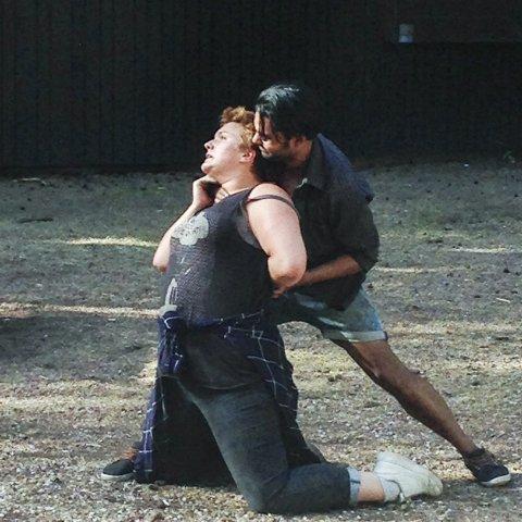 Action: Line Kaupang i et scenebilde fra forestillingen hun nå er med i. Medspiller her er Thomas Bipin Olsen.foto: privat