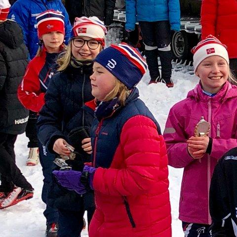 BLIDE JENTER: Gøy på renn og få flott premie synes skijentene fra v Sara Sjulstad, Mari Fjelldal, Lotte Tveiten og Inez Nelson