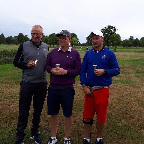 PALLEN: Fra venstre: Per Arne Larsen (venstre) fra Son Golfklubb på tredjeplass, Stian Halvorsen fra Larvik Golfklubb vant, mens Andre Toth fra Atlungstad Golfklubb tok andreplassen.