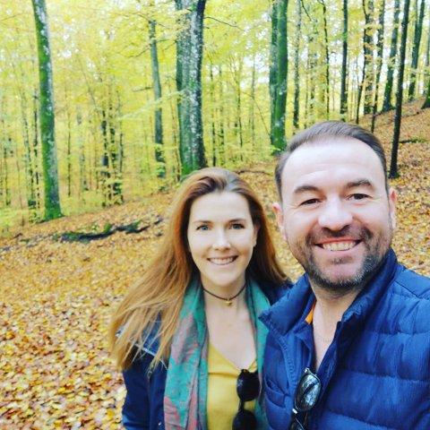 ELSKER LARVIK:  Taryn Lynne Sumpton og Paul Walsh stortrives i Norge, og skryter av Larviks mange kvaliteter, som for eksempel Bøkeskogen.