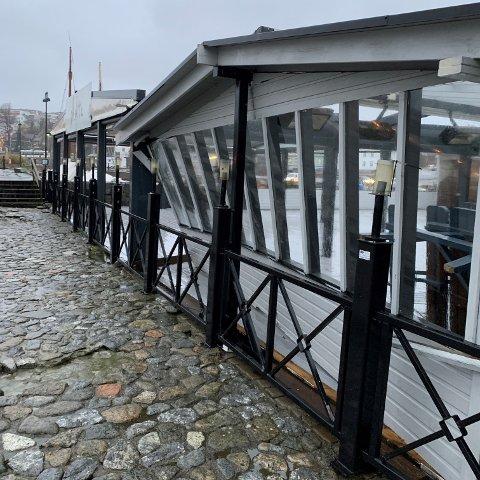 Hele veggen på Skotta bryggerestaurant har løsnet og blitt skjøvet innover av uværet.