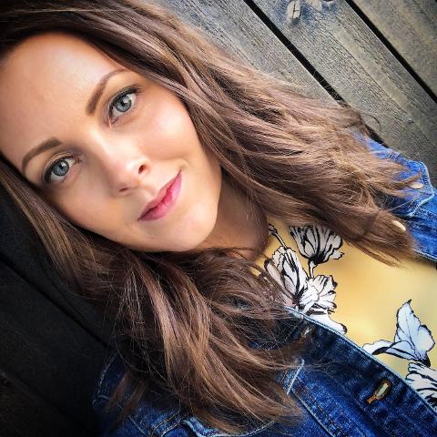FRA TJØLLING: Amalie Olsen er journalist, driver av amalieolsen.com og sangerinne.