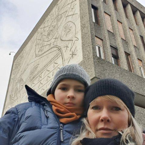 KJEMPER FOR Y-BLOKKA: Mari med sønnen Pelle utenfor Y-blokka, som Mari kjemper for at skal få stå.