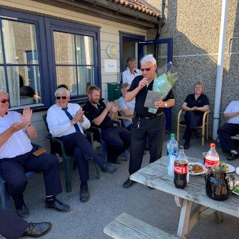 APPLAUS: Bjørnar Andreassen (75) ble overrasket med heder og ære på Tides sommeravslutning.