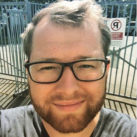 ROSER: Leder Tommy Gjermundsrød i FRI (foreningen for kjønns,- og seksualitetsmangfold) roser Larvik kommune som bruker Pride-flagget på kommunale flaggstenger.