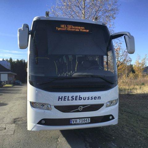 BILLIGERE: Det er langt billigere for Sykehuset Innlandet at pasientene reiser med Helsebussen enn at de tar taxi.