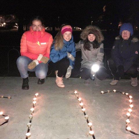 FORNØYD: Lederen i Åmot Natur og Ungdom, Anna Gjems French (til venstre), er fornøyd med oppmøtet på lysaksjonen på Rena mandag kveld. (Foto: Privat)