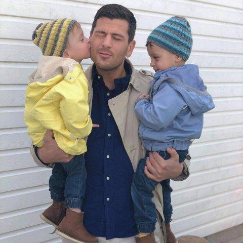 TVILLINGPAPPA: Sabri Khattab med tvillingene Matheo (i gult) og Maximilian på to og et halvt år.