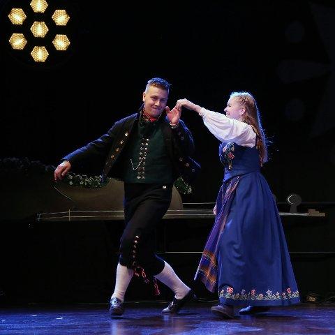 POLS: Ole Nilssen fra Løten med dansepartner Solveig Brekke Hauknes vant dans fele klasse A, og med foreldrene Kari og Stig Nilssen på en andreplass.