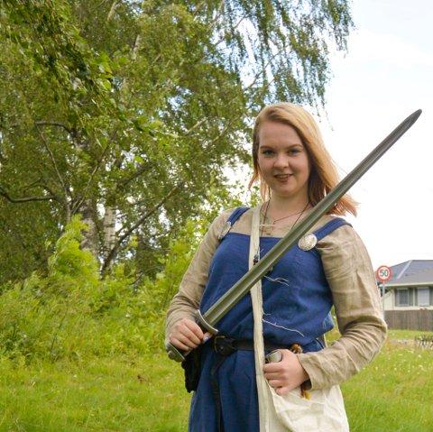 MARTE Moen Rødås i en autentisk vikingkjole.