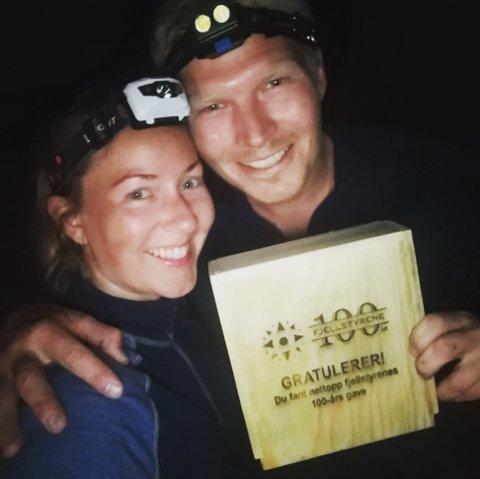 HELDIG FINNER:  Øyvind Eigilsønn Brænd og samboeren Camilla Falla med den ene av to gavebokser som Sollia Fjellstyre har lagt ut.